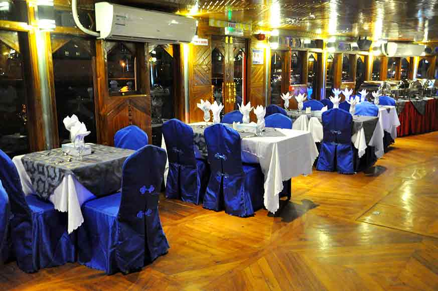 Dhow Cruise Dubai Floating Restaurant with a View of Dubai Marina In Duba
