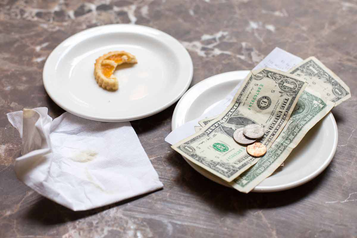 Tipping in a restaurant in dubai