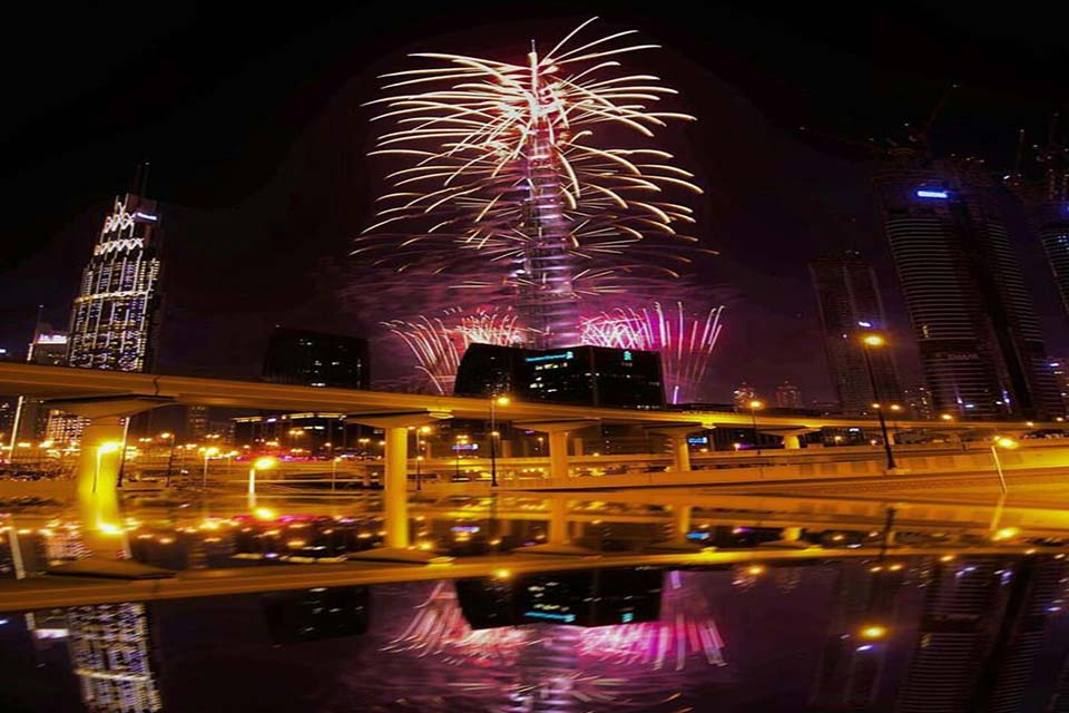 new-year-fireworks-from-Dubai-water-canal-(1)